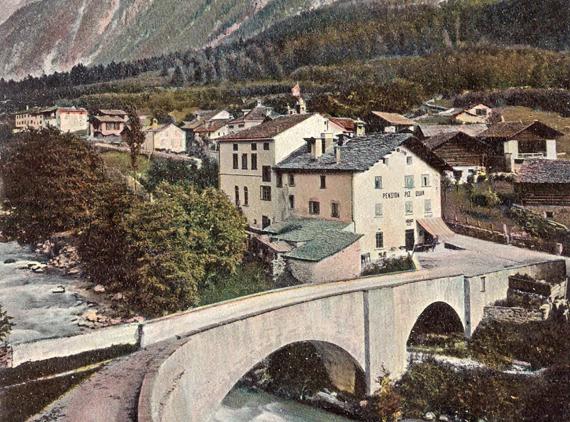 1900 circa - Il centro del villaggio di Stampa intorno al 1900 con la casa Santi presso il ponte e il nuovo albergo Piz Duan verso est con il suo giardino